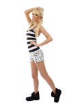 härliga blonda flickapajamas som poserar plattform royaltyfri fotografi