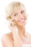 härliga blonda leenden talar telefonen Royaltyfri Foto