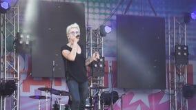 Härliga blondinallsånger och danser Sexig flicka, sångare på konserten allsånger på festivalen från drevdansflicka med microphon stock video