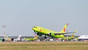 Härliga Boeing 737-8GJ S7 Royaltyfri Bild