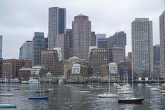 Härliga Boston - sikt från Charles River - BOSTON, MASSACHUSETTS - APRIL 3, 2017 Fotografering för Bildbyråer