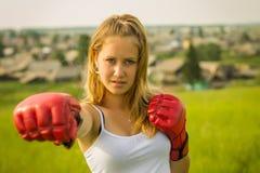 härliga boxningflickahandskar royaltyfri foto