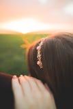 Härliga brölloppar, förälskelse på solnedgången Fielf med blommor Royaltyfria Bilder