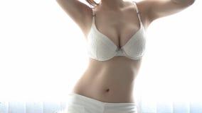 Härliga bröst i vit damunderkläder Royaltyfri Fotografi