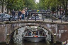 Härliga broar i kanalområdet av Amsterdam - AMSTERDAM - NEDERLÄNDERNA - JULI 20, 2017 Arkivfoton