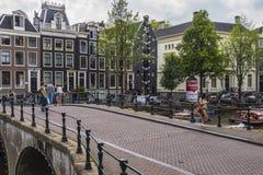 Härliga broar i kanalområdet av Amsterdam - AMSTERDAM - NEDERLÄNDERNA - JULI 20, 2017 Arkivbild