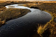 härliga brobyggnader brukar liggande för den iceland lagarfljotlaken arkivbilder