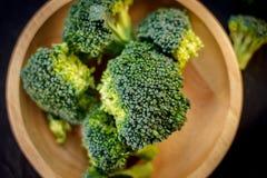 Härliga broccoliflorets på en träplatta på en kritisera stiger ombord Arkivbild