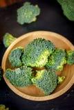 Härliga broccoliflorets på en träplatta på en kritisera stiger ombord Royaltyfria Foton