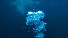 Härliga bubblor i det varma vattnet av havet royaltyfria foton