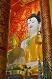 Härliga Buddha avbildar i tempel Arkivfoton