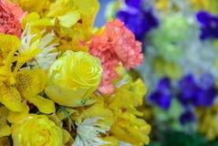 Härliga bukettblommor med olika typer av gula blommor Arkivbild