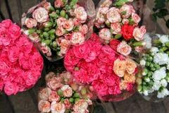 Härliga buketter av blommor från en blomsterhandlare shoppar Royaltyfria Foton
