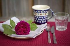 Härliga burgundy steg på en tabellinställning Royaltyfria Bilder