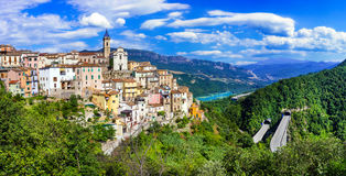 Härliga byar av Itay - Colledimezzo i Abruzzo, Lago di B Royaltyfria Bilder