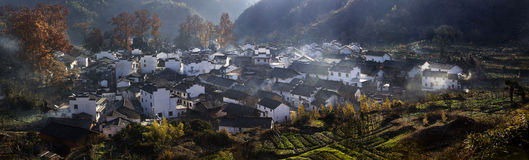 Härliga byar i höst Arkivfoto