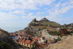Härliga byggnader på bakgrunden av fästningen och cloudcoveren royaltyfri bild