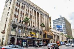Härliga byggnader på den Hollywood boulevarden som den berömda världen går av berömmelse Arkivbilder