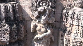 Härliga carvings på stenen i den forntida templet Konark, Odisha, Indien lager videofilmer