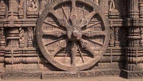 Härliga carvings på stenen rullar in forntida Surya Hindu Temple Konark, Indien lager videofilmer