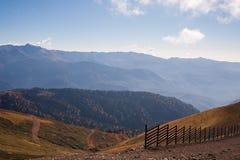 Härliga Caucasian berg i höst Arkivfoto