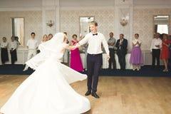 Härliga caucasian brölloppar att gifta sig precis och dansen deras första dans Royaltyfria Foton