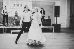 Härliga caucasian brölloppar att gifta sig precis och dansen deras första dans royaltyfri bild