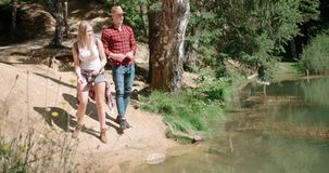 Härliga caucasian par som kopplar av i en skog under solig dag Arkivbilder