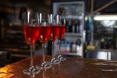Härliga Champagneexponeringsglas på tabellen på restaurangbakgrund Parti med röd champagne royaltyfri fotografi