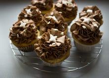 Härliga chokladmuffin som står på den gråa bakgrunden efter stekhett slut upp Royaltyfria Bilder