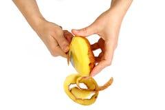 härliga clean händer skalade kvinnor för potatisar s Royaltyfria Foton