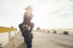 Härliga cyklistkvinnor som tycker om frihet Arkivfoto
