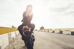 Härliga cyklistkvinnor som tycker om frihet Arkivfoton