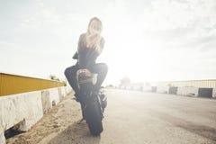 Härliga cyklistkvinnor som tycker om frihet Royaltyfria Bilder