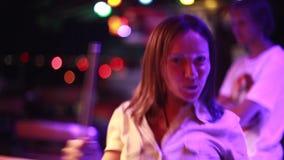 Härliga danser och flyttningar för ung kvinna i en nattklubb 1920x1080 stock video