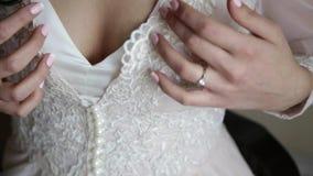 Härliga delikata händer av bruden arkivfilmer