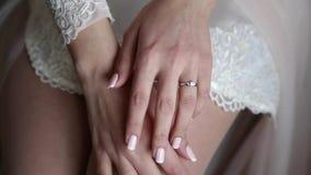 Härliga delikata händer av bruden stock video