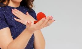 Härliga den förvånade brunettflickan mottog cirkelförslag att få gift arkivbild