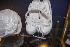 Härliga detaljer av brudens bröllopavgifterna, skor Royaltyfri Fotografi