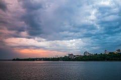 Härliga dramatiska stormmoln över den Voronezh staden, Ryssland Panoramalandskap med floden och cloudscape Royaltyfria Foton