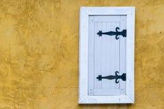 härliga Europé-stil fönster och väggar Arkivbilder