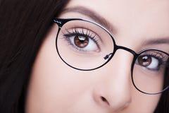 härliga exponeringsglas som slitage kvinnabarn Selektiv fokus Royaltyfri Fotografi