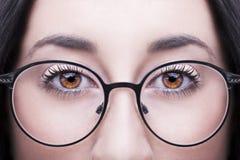 härliga exponeringsglas som slitage kvinnabarn Selektiv fokus Fotografering för Bildbyråer
