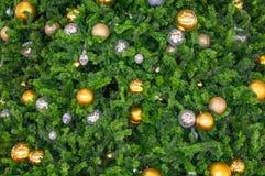 Härliga exponeringsglasbollar och ljusa kulor prydnaderna på en Christm royaltyfri bild