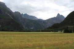 Härliga färger av det typiska landskapet i Norge Arkivfoton
