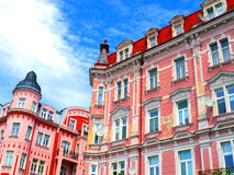 Härliga färgglade arkitekturer av Karlovy varierar i tjeckiska Repub Arkivbild