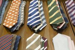 Härliga färgglade slipsar på mörk träbakgrund Arkivbild