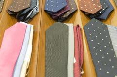 Härliga färgglade slipsar på träbakgrund för mörk brunt Royaltyfri Foto