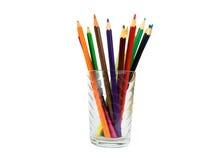 Härliga färgrika blyertspennor i ett exponeringsglas Royaltyfria Foton