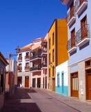 Härliga färgrika byggnader i en smal gata i gammal stad av Puerto de la Cruz, en av mest populära turist- städer i Tenerife royaltyfri bild